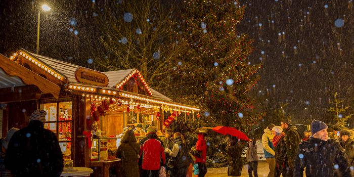 Schwimmender Weihnachtsmarkt.Christkindlmarkt